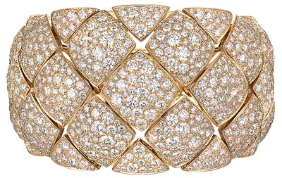 """""""Signature d'Or"""" bracelet in18K yellow gold set with1054 brilliant-cut diamonds for atotal weight of43.3 carats. """"Signature de  Chanel"""" Collection"""
