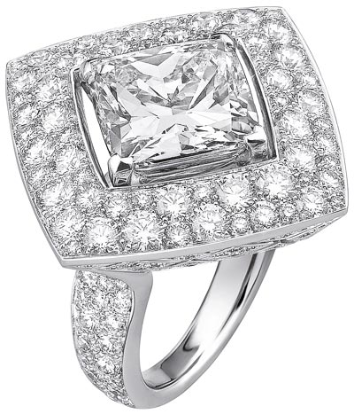 """""""Signature Ultime"""" rings n 18K white gold set withdiamonds. """"Signature de  Chanel"""" Collection - """"Signature Ultime"""" ring in18K white gold set witha 6-carat cushion-cut diamond and 195 brilliant-cut diamonds for atotal weight of4.5 carats"""