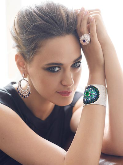 Cuff bracelet in18K white gold set with1 cushion-cut emerald (approx. 3.46 cts), 8 marquise-cut emeralds (approx. 4.80 cts), 8 marquise-cut blue sapphires (approx. 7.66 cts), 10 brilliant-cut diamonds (approx. 1.08 cts) and feathers. Ref.: G36L9300 Ring in18K white gold set with1 cushion-cut blue sapphire (approx. 1.43 cts), 71 marquise-cut diamonds (approx. 4.83 cts), 78 brilliant-cut diamonds (approx. 2.67 cts) and enamel. Ref.: G34HC200 Earrings in18K white gold set with40 marquise-cut blue sapphires (approx. 4.50 cts), 16 marquise-cut blue diamonds (approx. 8.78 cts) and 154 brilliant-cut diamonds (approx. 5.59 cts). Ref.: G38M3300