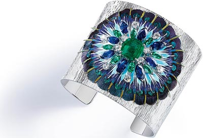 Cuff bracelet in18K white gold set with1 cushion-cut emerald (approx. 3.46 cts), 8 marquise-cut emeralds (approx. 4.80 cts), 8 marquise-cut blue sapphires (approx. 7.66 cts), 10 brilliant-cut diamonds (approx. 1.08 cts) and feathers. Ref.: G36L9300