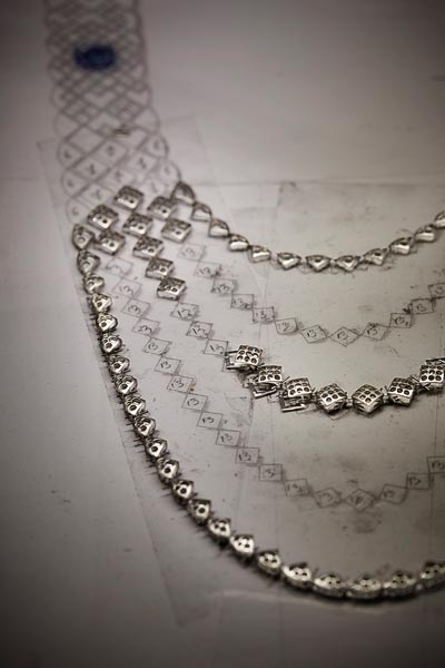 """Signature de Saphir"" necklace. Work on the pieces from the ""Signature de CHANEL"" High Jewelry collection in the CHANEL workshop, 18 Place Vendôme, Paris - Positioning of the fall of the necklace."
