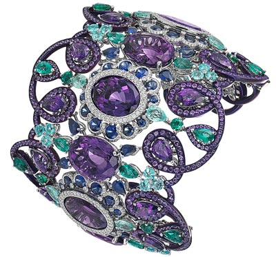 Cuff bracelet in 18ct white gold and titanium adorned with seven oval-cut amethysts (104cts), fancy-cut amethysts (28cts), fancy-cut sapphires (18cts), pear-shaped and brilliant-cut Paraiba tourmalines (12cts), pear-shaped emeralds (10cts) and diamonds. Ref.: 859759-9001