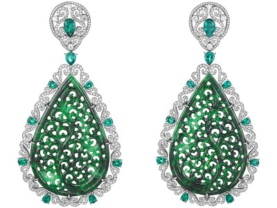 Earrings in18ct white gold set withtwo carved jadeites (45cts), pear-shaped emeralds (3.5cts) and diamonds. Ref.: 849743-1001