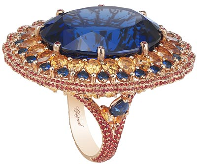 Temptations ring in18ct rose gold set witha 55ct oval-cut tanzanite, Spessartine garnets (11cts), multicolored sapphires (3.6cts) and two pear-shaped sapphires. Ref.: 829676-5001