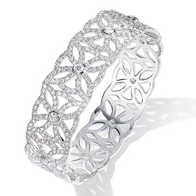 - <b>Extremely Piaget bangle «Décor Dentelle»</b> in18K white gold set with901 brilliant-cut diamonds (approx. 6.9 cts). Ref.:G36LB100