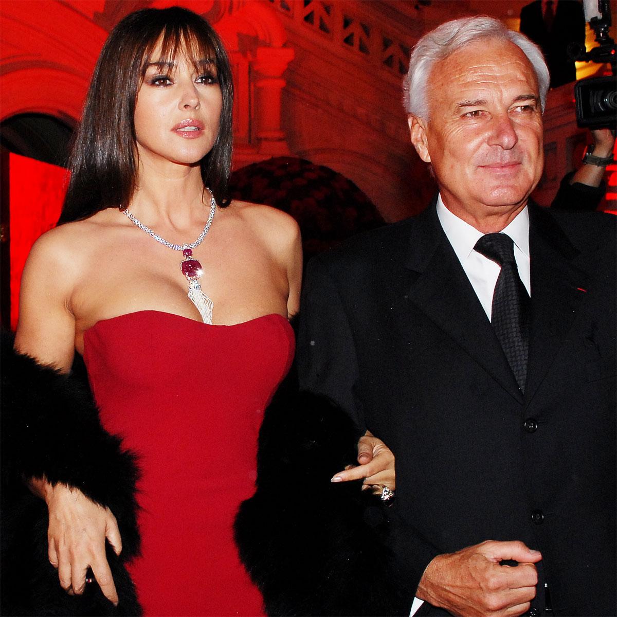 La Cote des Montres : Photo - Monica en rouge sur la Place Rouge avec Cartier