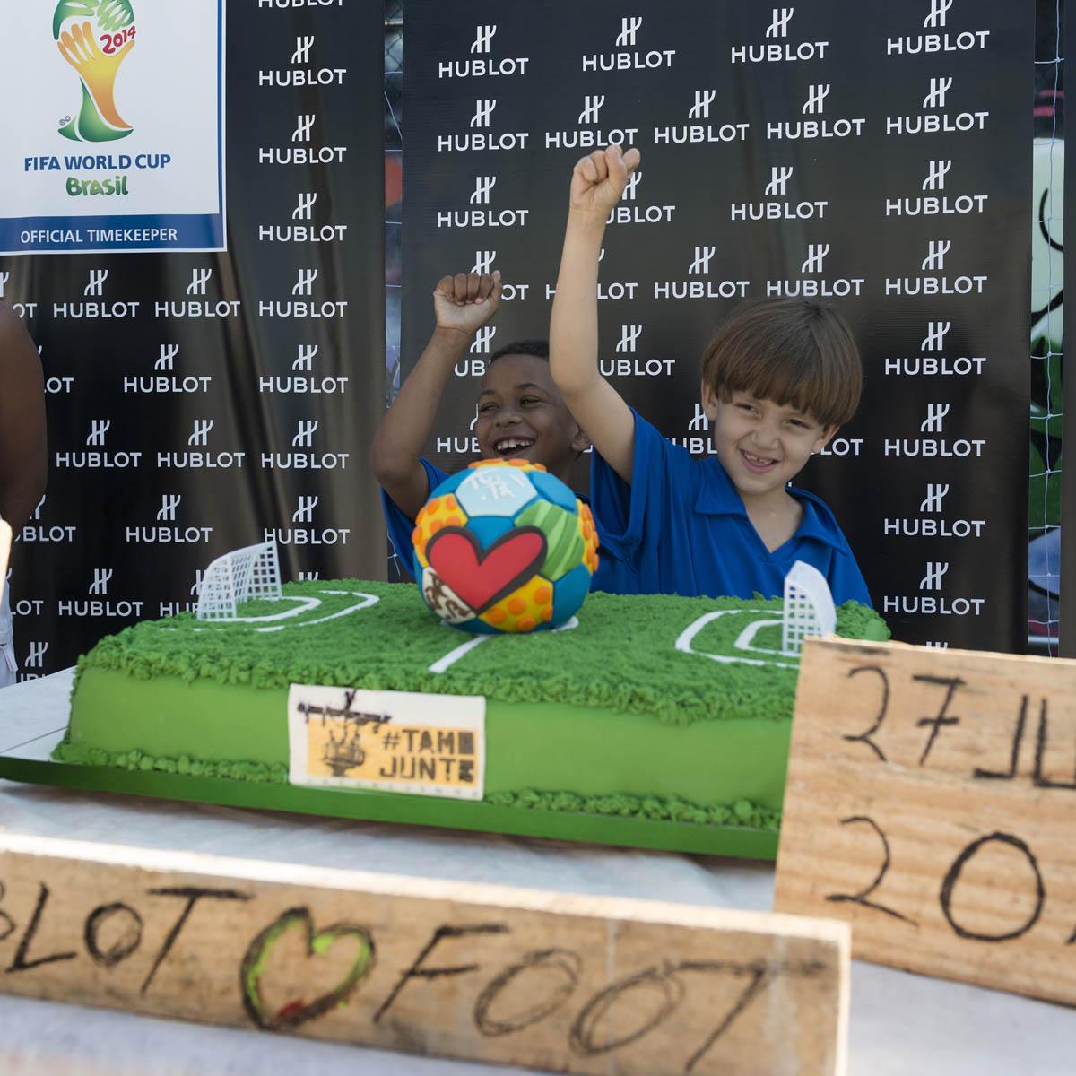 La Cote des Montres : Photo - Pelé avec Hublot à la Favela Jacarezinho