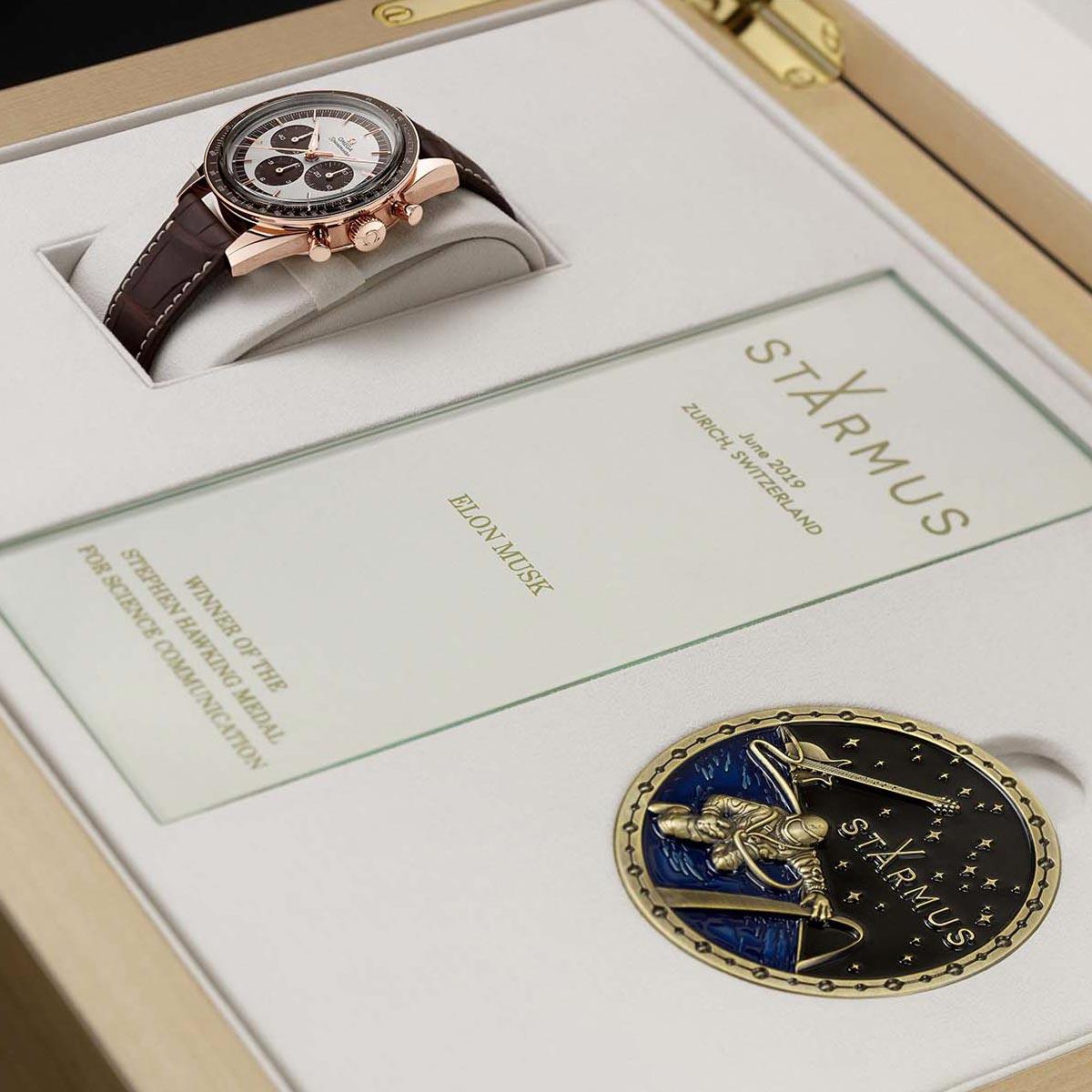 La Cote des Montres : Photo - OMEGA récompense les lauréats de la médaille Stephen Hawking