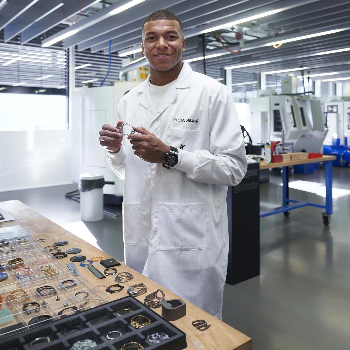 La Cote des Montres : Photo - Kylian Mbappé en visite à la manufacture Hublot
