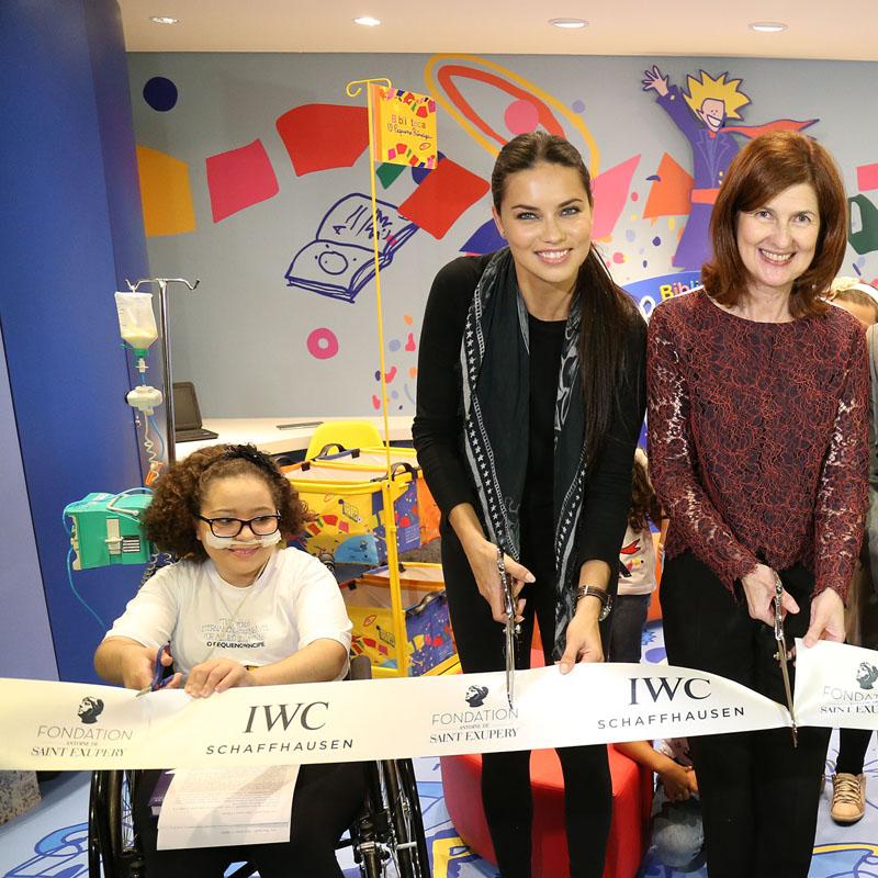 La Cote des Montres : Photo - Adriana Lima inaugure la bibliothèque « le petit prince » dans un hôpital pour enfants