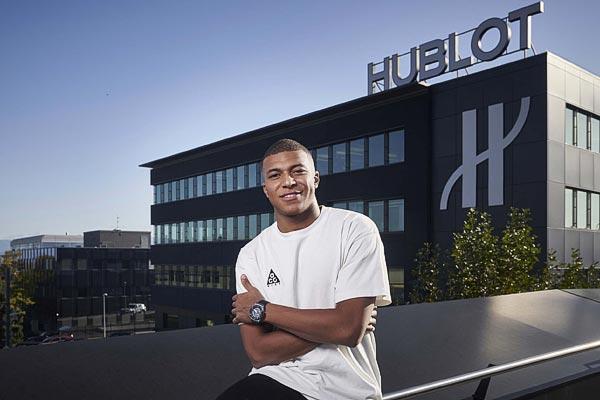 Kylian Mbappé en visite à la manufacture Hublot